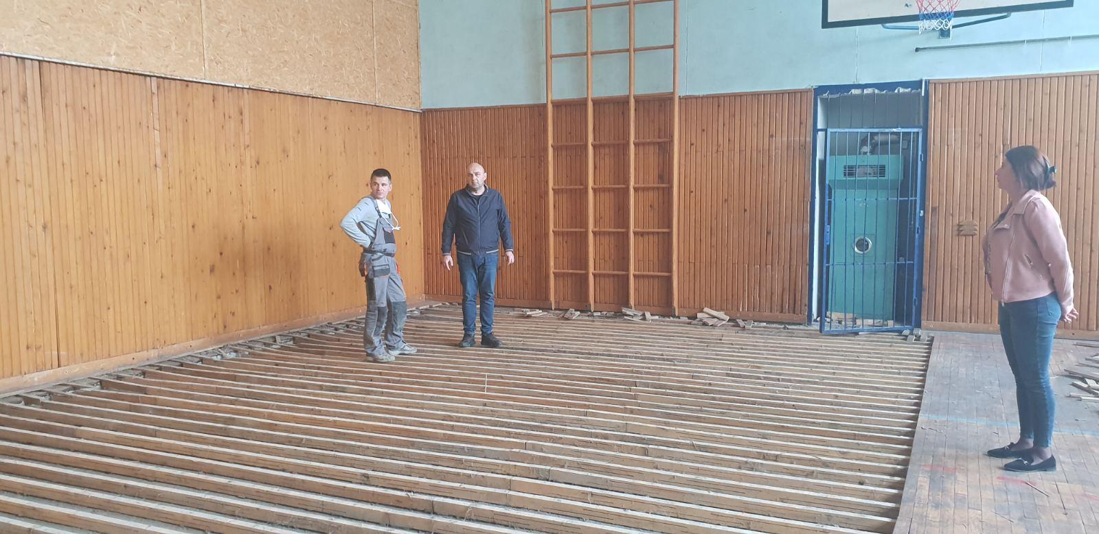 Ştiri, Nicolinț, repararea pardoselei în sala de educație fizică