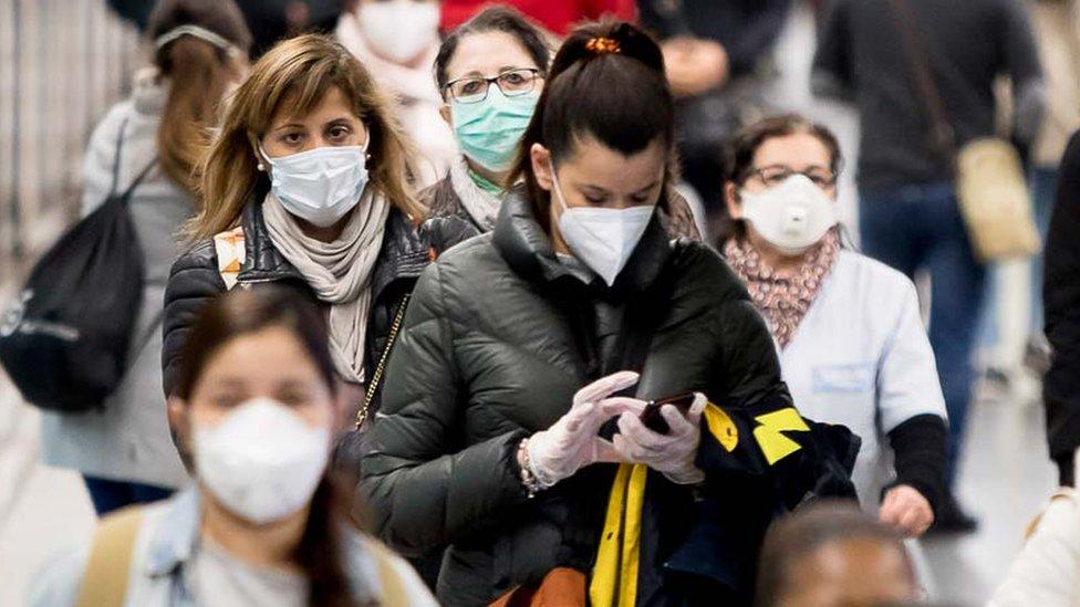Coronavirusul este în ascensiune, studenții au ieșit în stradă