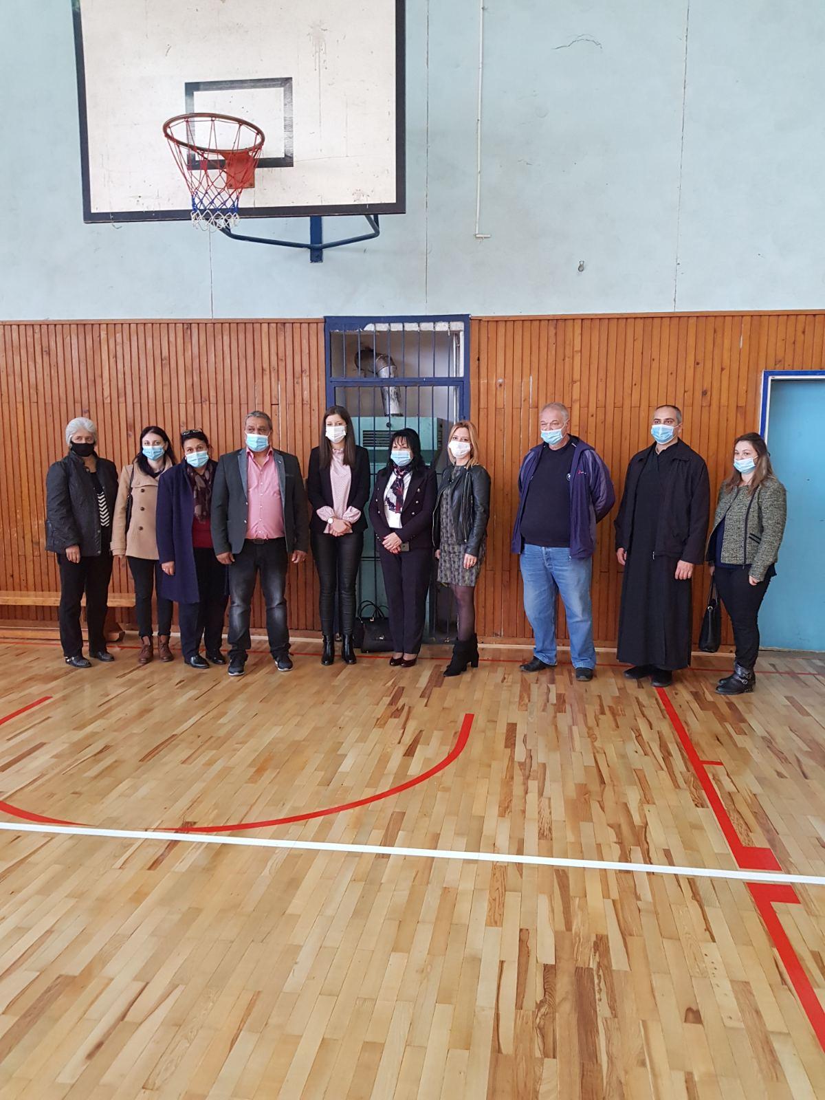 """Şcoala generală ,,2 Octombrie"""" din Nicolinț, O donaţie de rechizite şcolare pentru elevii rromi"""