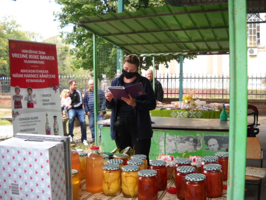 """Petrovasâla, ediția a 8-a a manifestării tradiționale ,,Gutuiul și roadele toamnei, organizată de Asociația Femeilor ,,Mâini harnice Bănățene"""""""