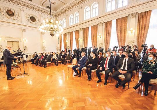 Primarul orașului Novi Sad a înmânat Premiul de Februarie profesorului dr. Vladimir Petrović