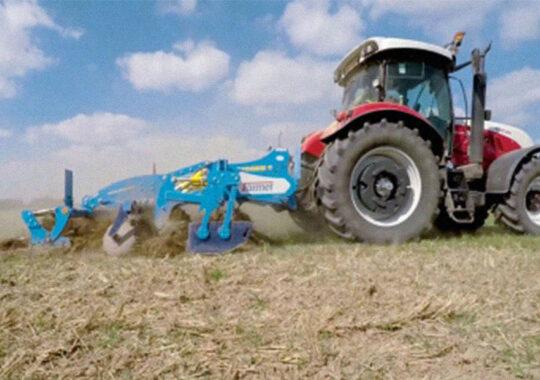 Agricultorii pregătesc solul pentru însămânţare
