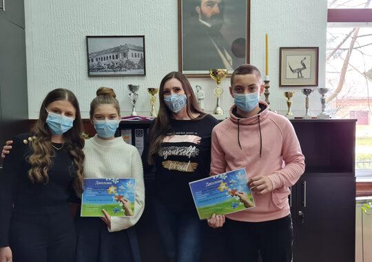 """Elevii din Cuvin au fost premiați la concursul """"Energia este în jurul nostru"""""""