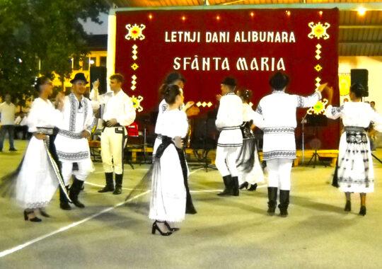 Spectacol folcloric închinat iubitorilor cântecului şi dansului popular românesc