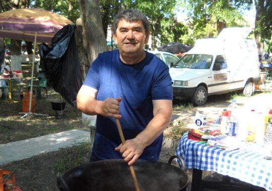 Gătirea mâncărurilor tradiţionale este pasiunea lui