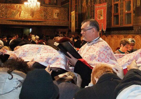 Despre obiceiul atingerii de veșmintele preoților